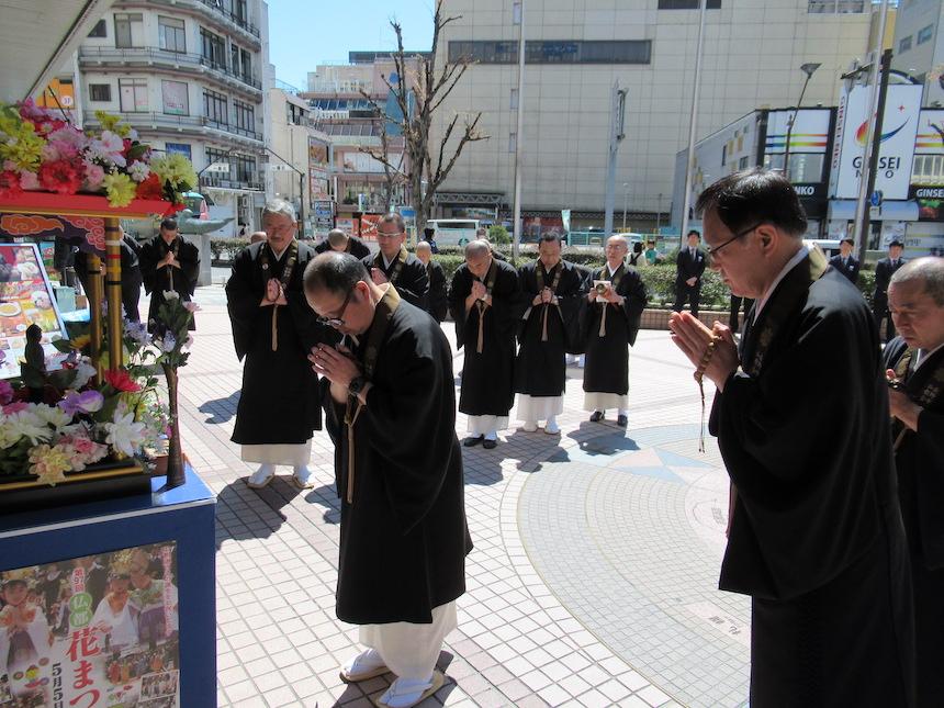 長野市仏教会ながの東急前花祭り遷座式甘茶かけ写真